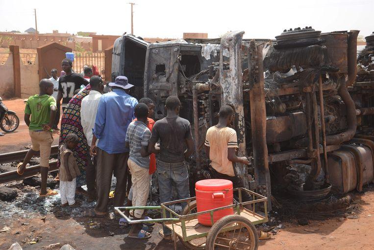 Mensen staan bij een ontplofte tankwagen in Niger, die begin deze maand explodeerde.