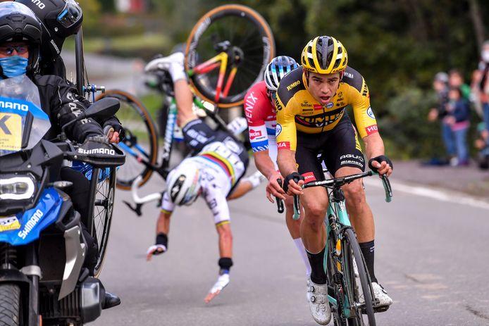 Een van dé foto's van de Ronde. Julian Alaphilippe valt letterlijk weg uit de kopgroep na een aanrijding met een motard.