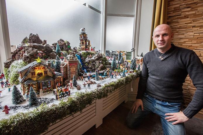 Stuart Bolk uit Geldrop bij zijn kerstversieringen
