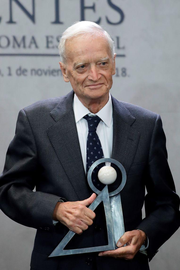 Luis Goytisolo met zijn prijs.
