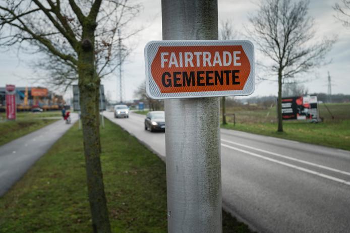 TT-2020-000342 - Goor - Na de onthulling.  In de Hof van Twente zijn de borden opgehangen (en dus onthuld) die laten zien dat de Hof van twente Fairtrade gemeente is. burgemeester Ellen Nauta en de kerngroep bij de onthulling van het bord  in Goor. Editie: Hengelo fotografie: Cees Elzenga/hetoog.nl CE20200120
