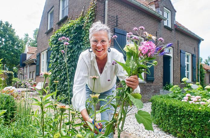 Thea van Leeuwen plukt in de tuin van haar gasthuis bloemen voor nieuwe gasten.