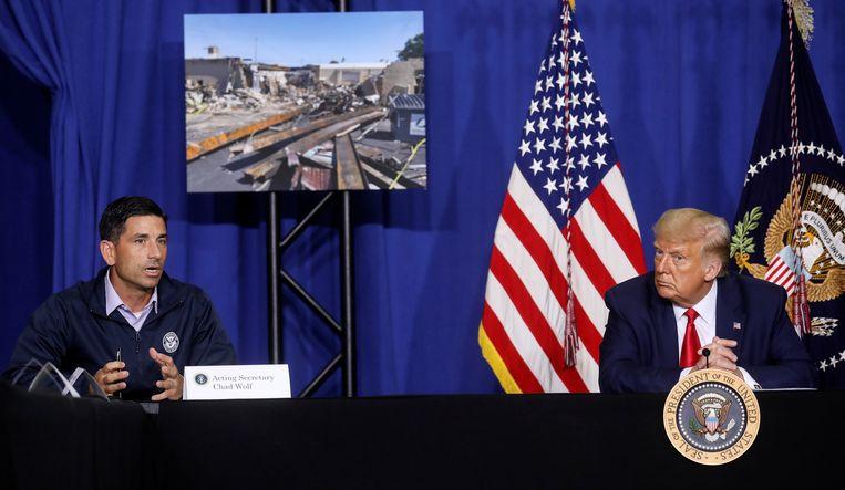President Donald Trump luistert naar interim-minister  Chad Wolf Beeld REUTERS