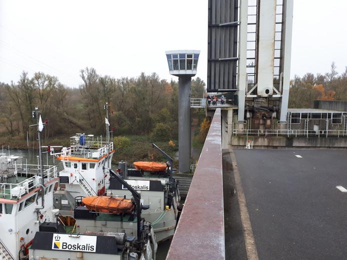 De Baanhoekbrug over de Beneden-Merwede tussen Dordrecht emn Sliedrecht. Bruggen binnenvaart Boskalis