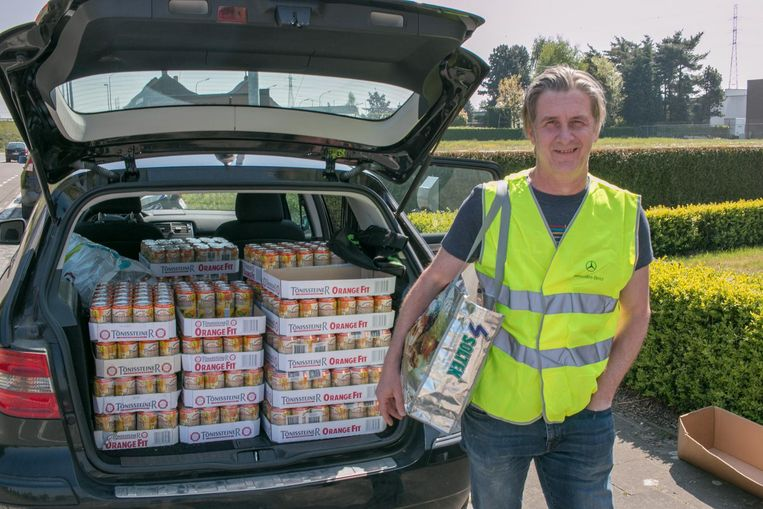 Initiatiefnemer Scotty Goossens die rekent op veel voorbeeldige bestuurders te zien aan de koffer vol blikjes limonade