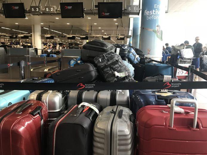 De bagage bleef zich opstapelen in de vertrekhal.