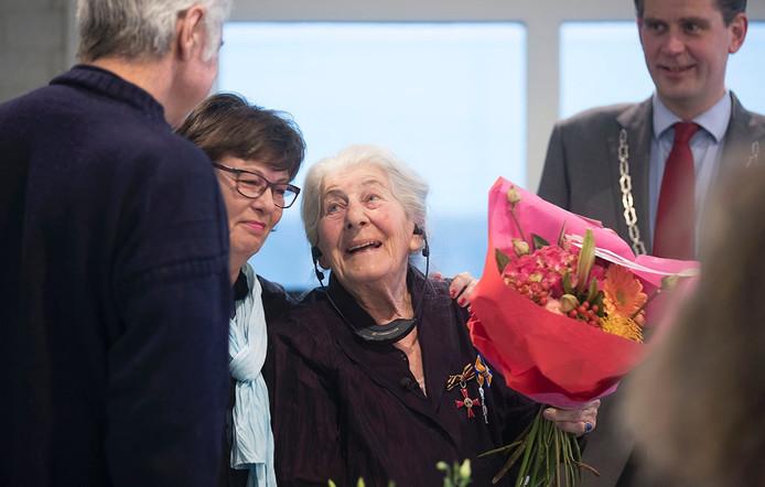 Betty Bausch-Polak kreeg de onderscheiding in aanwezigheid van onder andere oud-premier Balkenende en de Rhenense burgemeester Van der Pas. Burgemeester Wouter Kolff (rechts) gaf haar de onderscheiding.
