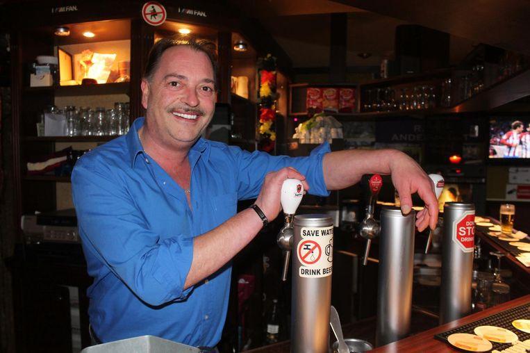 Patrick De Leener achter de tapkranen van zijn café De Prins, op het Masiusplein. Hij kreeg al twee keer dieven over de vloer, maar voelt zich tegenwoordig een pak veiliger.
