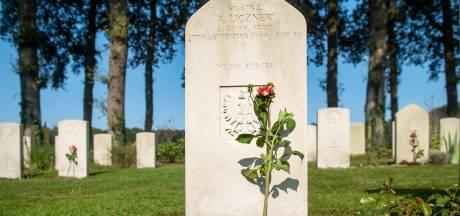 Schoolkinderen leggen 1800 bloemen voor gevallen Airborne soldaten: 'Zo zijn ze toch een beetje bij de herdenking aanwezig'