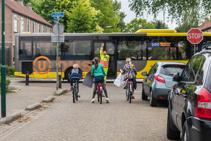 Marcel van Tongeren, regelde afgelopen weken 3x per dag vrijwillig het verkeer op de kruising van de Prins Bernhardlaan en Prinses Marijkelaan in Maartensdijk.