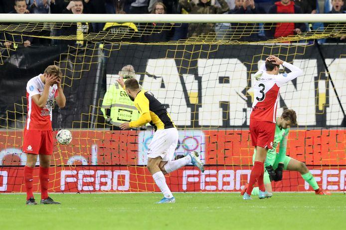 Tim Matavz  maakt de winnende treffer voor Vitesse tegen FC Utrecht.