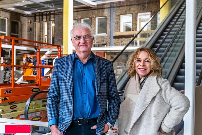De eigenaren van boekhandel Broese, Erik en Sandra van Doorn, in hun nieuwe winkel aan de Oudegracht. De geplande verhuizing in april gaat gewoon door. Het casco is inmiddels opgeleverd.