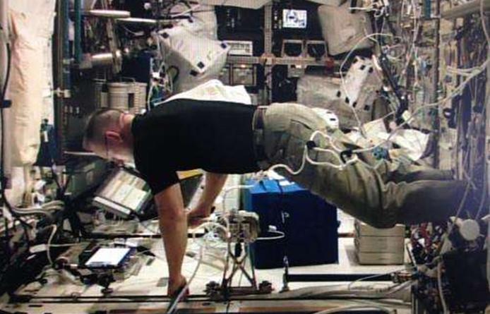 NASA-astronaut Barry Wilmore gebruikt de joystick aan boord van het internationale ruimtestation.