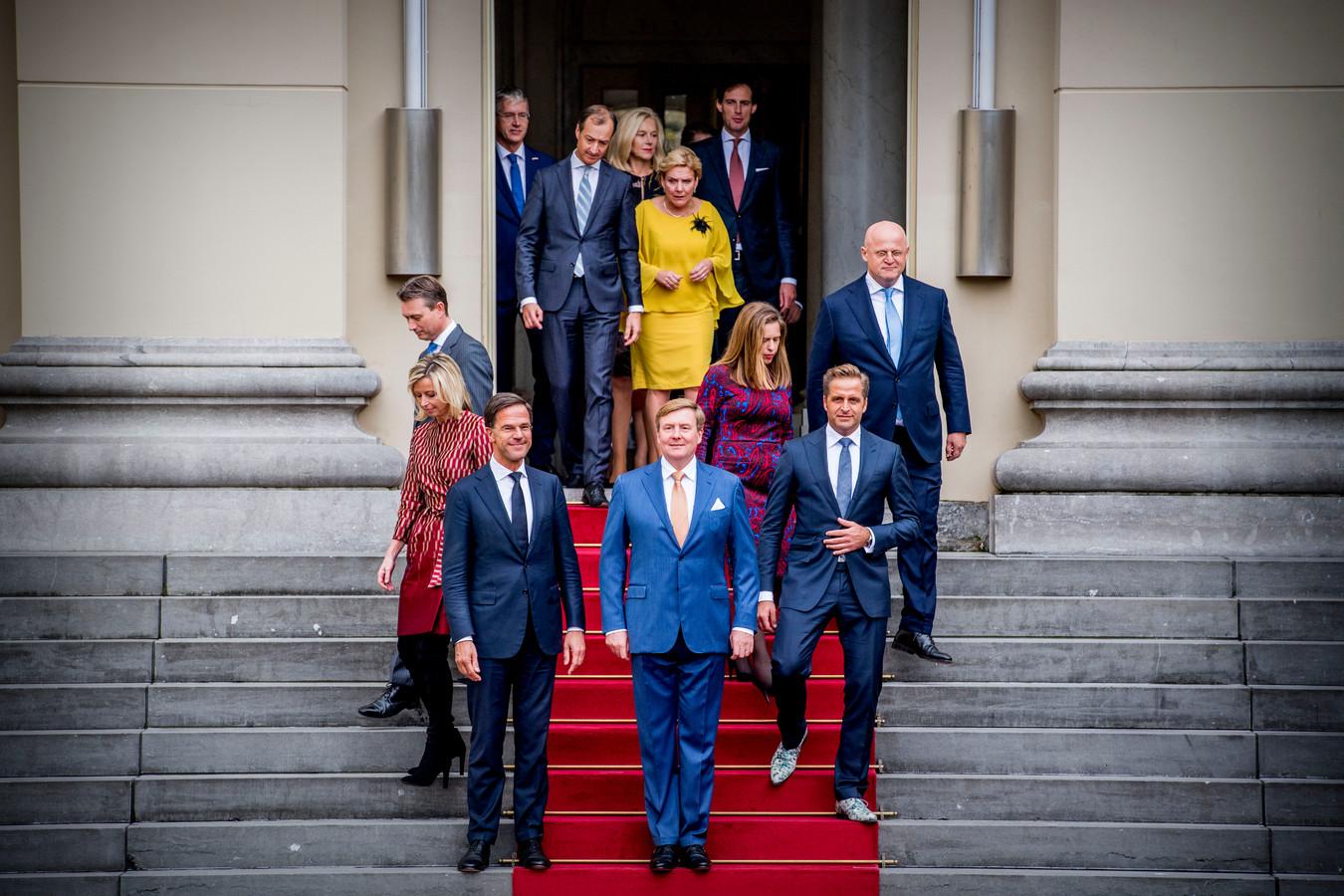 Premier Mark Rutte en koning Willem-Alexander arriveren in oktober 2017 met de ministers op het bordes voor de groepsfoto, na de beëdiging van het nieuwe kabinet-Rutte III door de koning.
