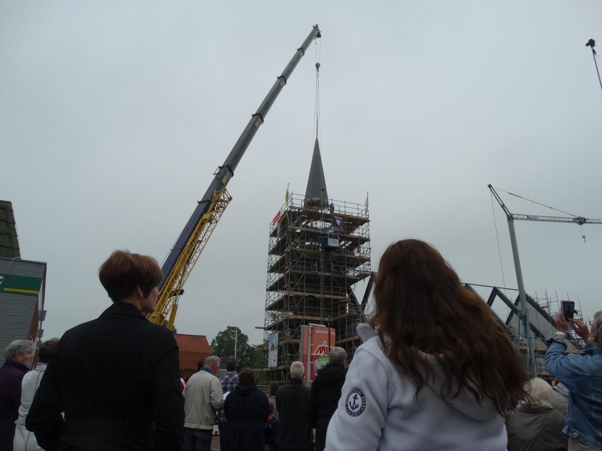 Torenspits wordt geplaatst op kerk Hoek