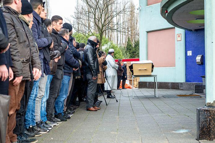 Gebed voor Humeyra op het plein voor de Mevlana Moskee in Rotterdam.