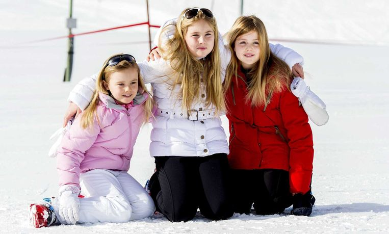 De Nederlandse prinsesjes Ariane, Amalia en Alexia hockeyen bij HGC.