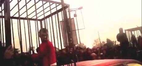 IS paradeert met Koerdische strijders in kooien in video