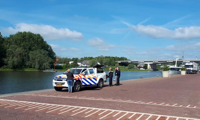 Politie doet onderzoek naar het stoffelijk overschot dat woensdagochtend werd gevonden bij de Rijnkade in Arnhem.