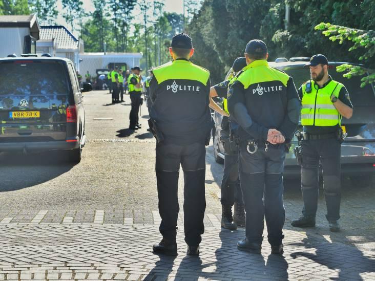 Politie doorzoekt woonwagenkamp in Maarheeze op verboden wapens: 100 agenten op de been