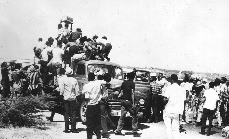 Een groep mensen plundert een vrachtauto bij de opstand van 30 mei 1969. Beeld ANP