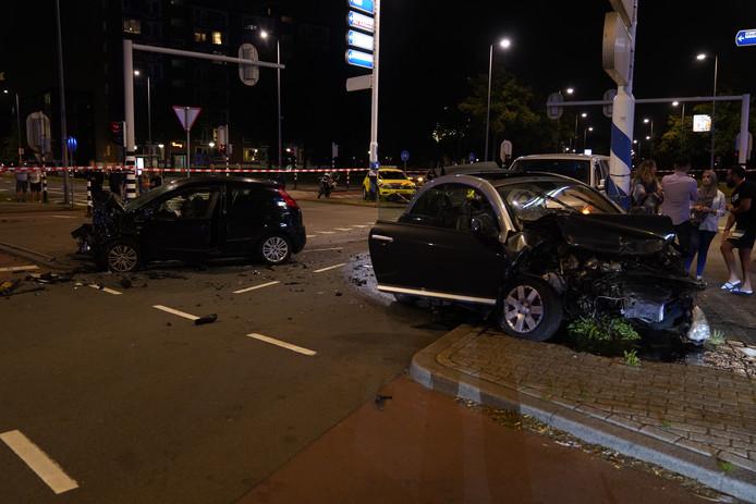 De auto's raakten flink beschadigd bij het ongeluk.