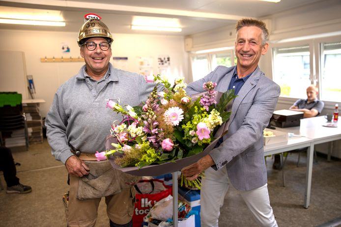 Jan Verhagen is al 50 jaar timmerman en ontving daarom maandag een bos bloemen van de baas.
