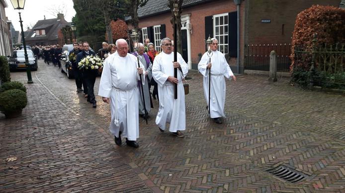 De rouwstoet op weg naar het parochiekerkhof aan de Bosstraat in Moergestel.