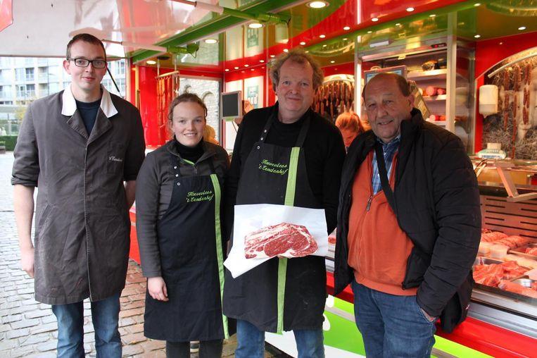 Willem met zijn kinderen Griet en Roeland en met Yves De Busscher, voorzitter van de Diksmuidse boerenmarkt.