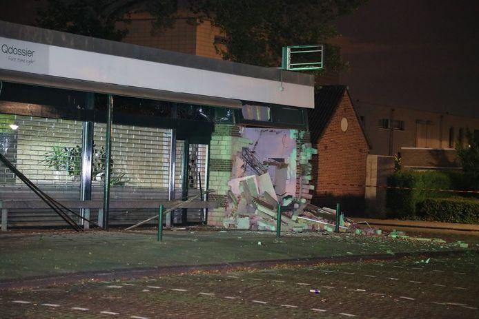 De schade aan het pand in Waalwijk is fors. Het gebouw is voor een groot deel ontzet.