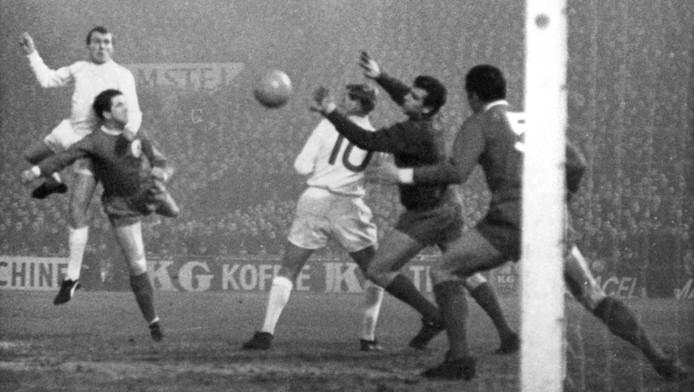 Cees de Wolf (links) kopte het eerste doelpunt tijdens de mistwedstrijd tegen Liverpool al in de 3e minuut binnen. © ANP