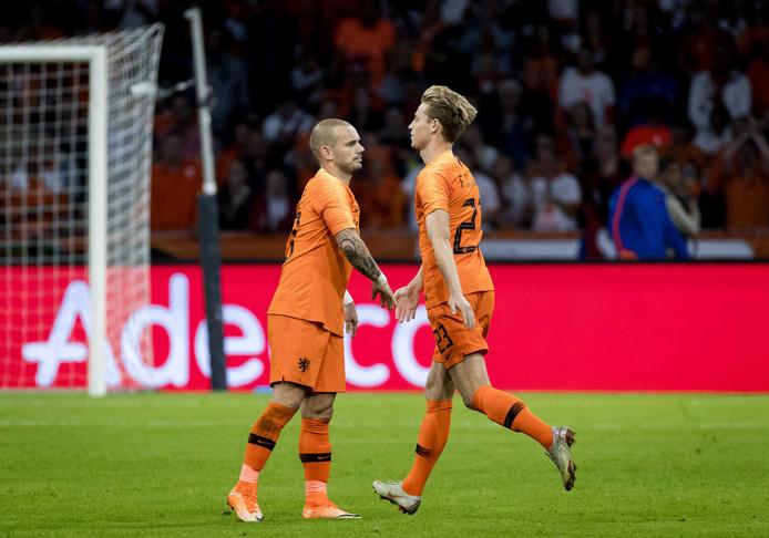 Wesley Sneijder wenst Frenkie de Jong succes voor de start van de tweede helft tegen Peru.