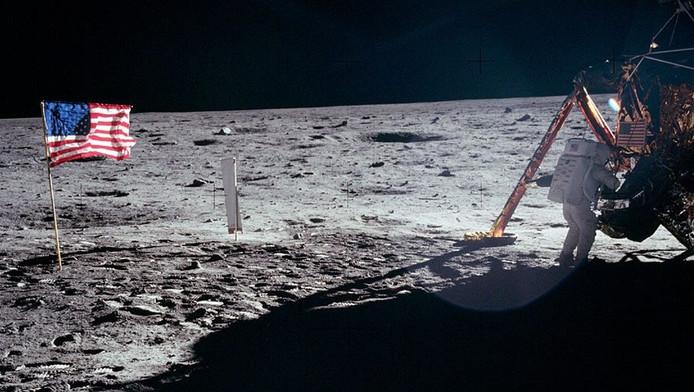 Armstrong op het maanoppervlak aan het werk.