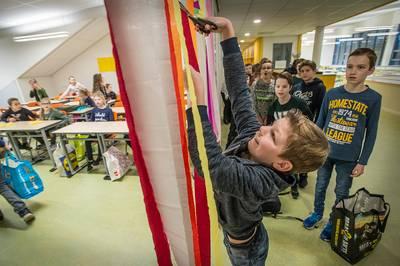 Kinderen Sint Bavoschool na een jaar in noodgebouwen eindelijk in hun nieuwe klassen