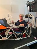 Bij lange na geen 1.84 meter, maar toch mocht BD-verslaggeefster Arno Heesakkers even 'vliegen' in de simulator van een Sukhoi 26.