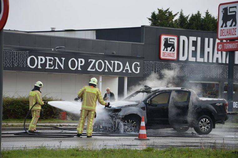 De brandweer kon niet voorkomen dat de pick-up uitbrandde