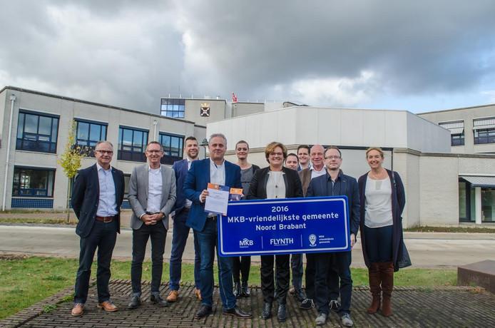De gemeente Veghel heeft een bord met de tekst 'MKB-vriendelijkste gemeente van Noord-Brabant' gekregen.