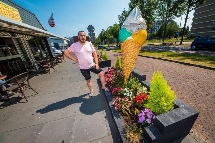 Said Yousef van cafetaria De Geveltoerist  moet twee bloembakken verwijderen op last van de gemeente.