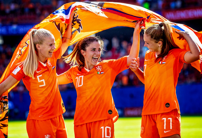 Dolle pret bij Kika van Es, Danielle van de Donk en Lieke Martens na de gewonnen kwartfinale tegen Italië.
