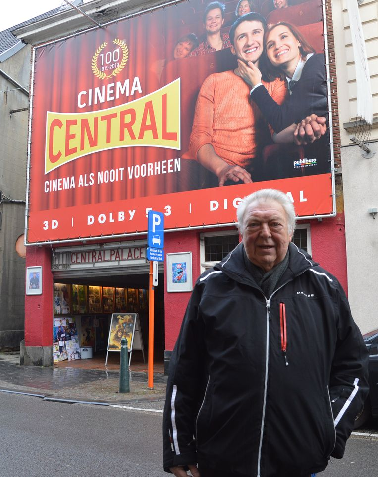 Paul Raes voor zijn Cinema Central in Ninove, die 100 jaar oud is.