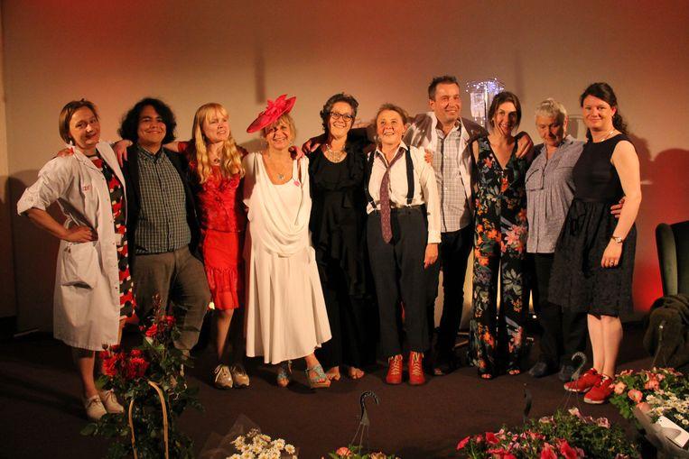 De acteurs en andere medewerkers van toneelstuk De Groene Muur na hun eerste voorstelling in het UZA op 25 mei.