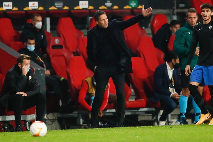 Roger Schmidt coacht in het duel met Granada.