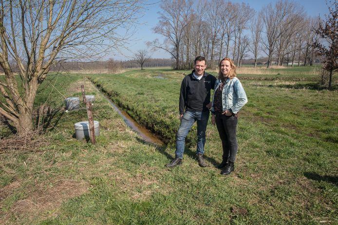 Ton en Rianne van Helmond bij de peilbuizen van de ondergrondse drainage aan de rand van hun perceel in Ommel.