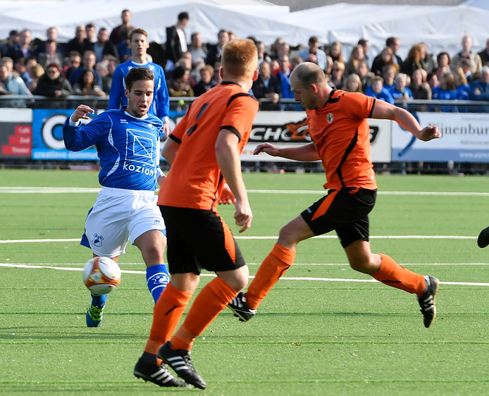 Lars Cornelissen (SVSSS, links) wint het duel om de bal tegen VCB