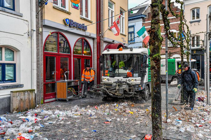 De straten worden schoongeveegd na de Vastenavend