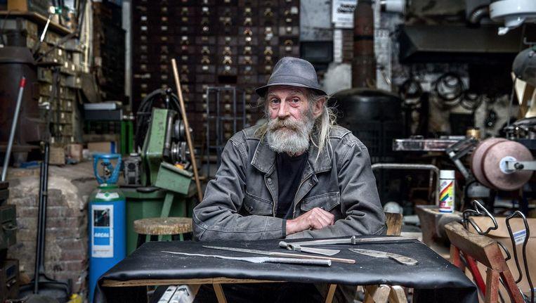 Bert Meister in zijn atelier in de Bellamystraat. Na 109 jaar moet het bedrijf dat zijn grootvader begon, misschien verdwijnen Beeld Jean-Pierre Jans