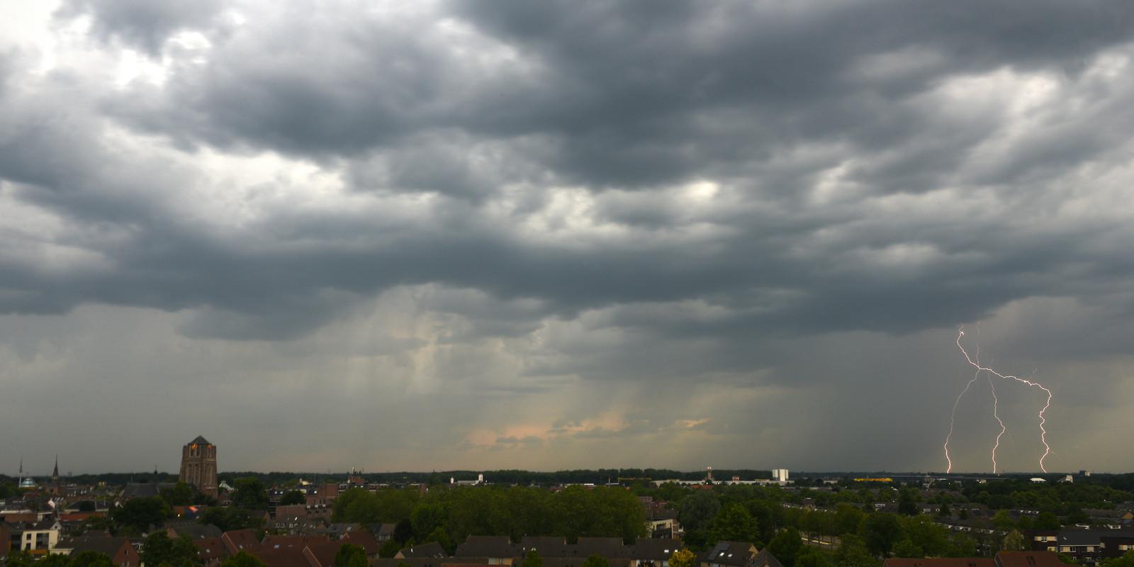 Onweer boven Oosterhout.