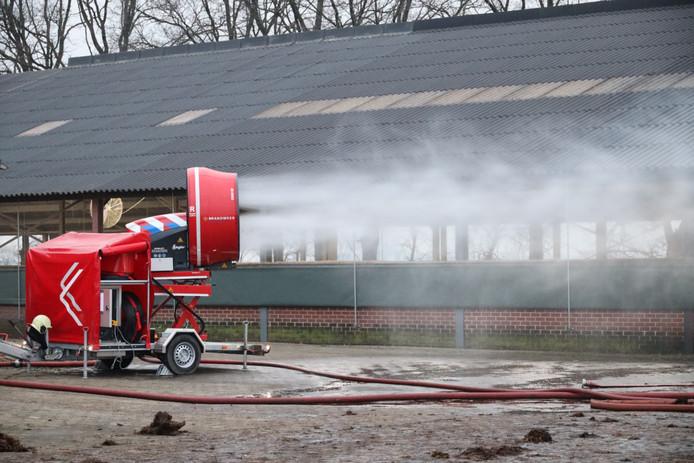 De rook wordt met een ventilator bij de geiten weg geblazen.