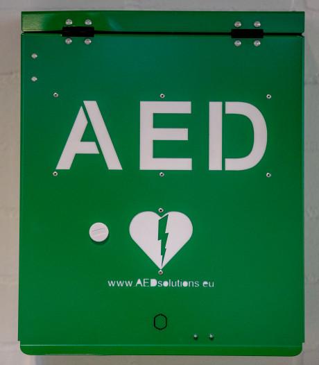 Stichting in Etten-Leur heeft al meer dan de helft van de benodigde honderd AED's opgehangen