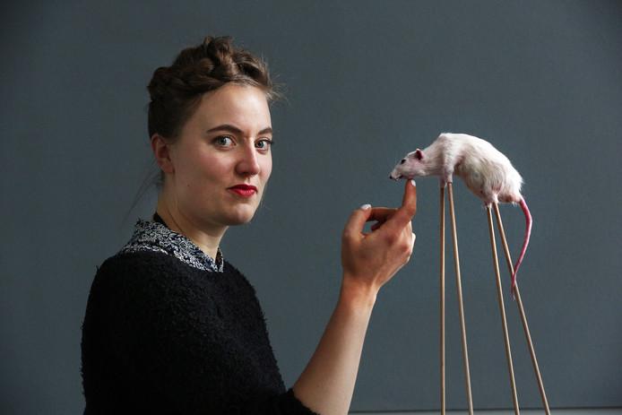 Noortje Zijlstra met een nog niet voltooid werk, een rat op stelten.